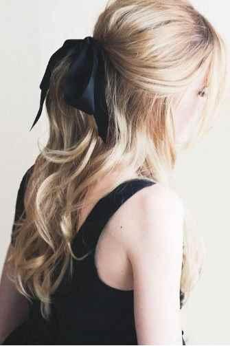 capelli biondi lunghi fiocco nero