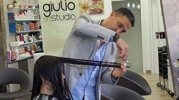 parrucchiere rende donna