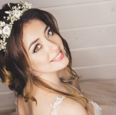 Come scegliere l'acconciatura sposa adatta alla forma del viso